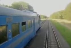 Deux conducteurs de trains s'échangent une cigarette