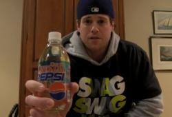 Il boit un Crystal Pepsi vieux et périmé de 20 ans