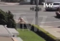 Jason Russell (Kony 2012) nu et fou dans la rue