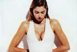 Jessica Hart pose pour le magazine Bazaar australien