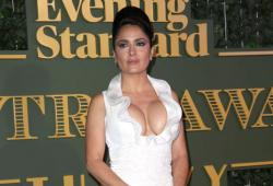Salma Hayek montre un grand décolleté aux Theatre Awards 2015