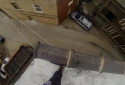 Saut entre deux immeubles équipé d'une GoPro