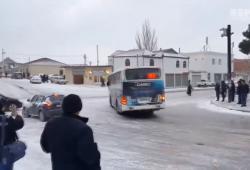 Des automobilistes glissent sur une route verglacée près d'un carrefour