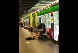 Un couple fait l'amour sur un quai de métro à Barcelone