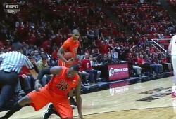 Le basketteur Jarmal Reid fait un croche-pied volontaire à l'arbitre