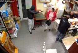 La patronne du bar fait fuir un braqueur armé d'un pistolet
