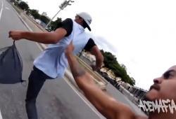 Des skateurs brésiliens poursuivent un voleur de téléphone