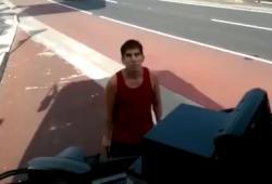 Un jeune disjoncté vandalise un bus à mains nues à Sydney