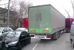 Un camion emporte une voiture sans s'en rendre compte