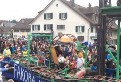 Une mini montagne russe sur un char lors d'un carnaval en Suisse
