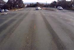 Un automobiliste drift à un carrefour mais le karma lui tombe dessus