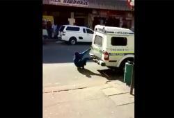 Deux hommes s'échappent d'une voiture de police à l'arrêt