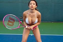 Elizabeth Anne joue mal au tennis (mais a de gros seins)