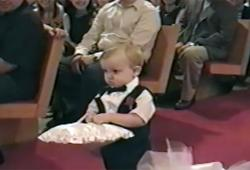 Un enfant apporte les alliances à l'église en mode Thug Life