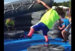 Un enfant essaye d'éviter des obstacles sur un manège