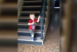 Un enfant pense descendre les escaliers prudemment