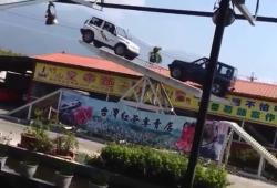 Un show impressionnant avec deux Jeep en équilibre sur une balance