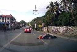 Une femme chute en scooter après avoir roulé sur un ballon