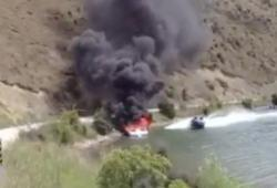 Eteindre un feu de bateau avec un autre bateau