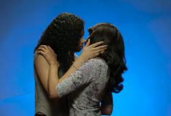 Expérience: des filles embrassent des filles pour la première fois