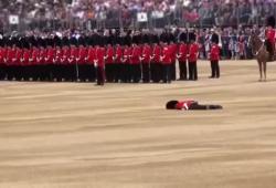 Un garde royal fait un malaise en pleine cérémonie pour la reine