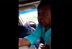 Une grand-mère menace son petit-fils avec un couteau