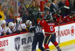Un hockeyeur fait tomber volontairement un arbitre
