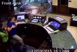 Il rentre dans un hall d'hôtel en voiture car il n'a pas pu payer