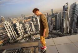 Un fou fait de l'hoverboard sur les toits de Dubaï sans protections