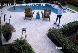 Une fille fait tomber dans sa piscine son hoverboard tout neuf