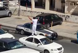 Un homme ivre au Koweït, frappe un policier et le met KO