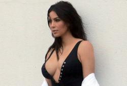 Kim Kardashian en maillot de bain en Islande