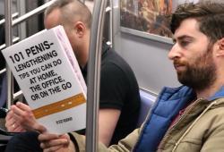 Lire des livres étranges devant les gens dans le métro