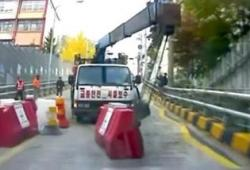 Marche arrière rapide lorsqu'un camion lui fonce dessus