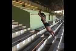 Ezinne Okparaebo monte 28 marches en 5 sauts et sans élan!