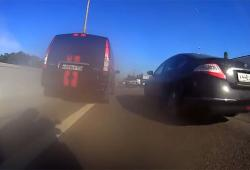 Un motard remonte les bouchons à une allure extrême