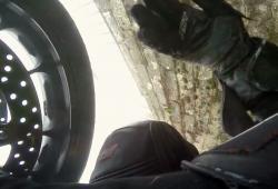 Un motard loupe son virage et termine dans un muret