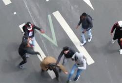Un homme met une balayette à un jeune pour en aider un autre