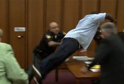 Un père saute sur le meurtrier de sa fille en plein tribunal