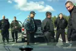 Une femme klaxonne un convoi de policiers anti-émeutes russes