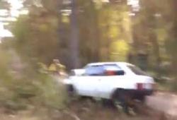 Il se crash contre un arbre durant un rallye