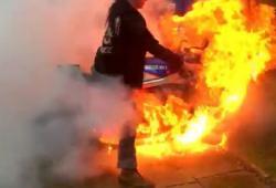 Quand Régis fait un burn, il enflamme sa moto