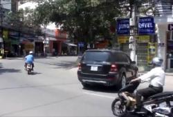 Une russe maladroite fait une marche arrière au Vietnam