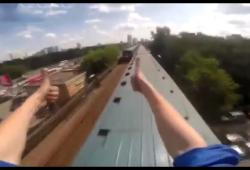 Des jeunes russes grimpent sur les toits de trains rapides