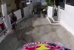 Descente des ruelles étroites de la ville de Santos en VTT