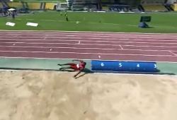 Un athlète aveugle se loupe et saute en dehors du bac à sable
