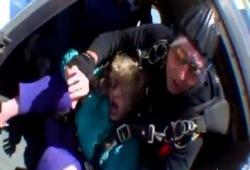 Un saut en parachute qui tourne mal pour une mamie