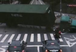 Un scooter échappe de se faire écraser par un camion