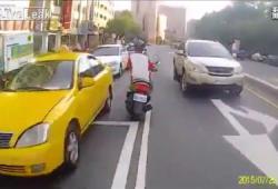 Un policier taiwanais poursuit un scooter qui prend la fuite