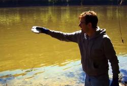 Il fait exploser un lac avec un simple morceau de sodium